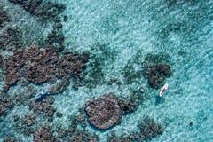 独木舟天线在礁石的 免版税库存照片