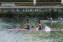 独木舟女性马拉松 库存照片