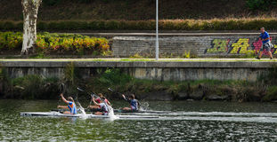 独木舟女性马拉松 免版税库存照片