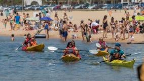 独木舟学校在海滩的在Palamos,肋前缘Brava在西班牙 05 20 2018年西班牙 免版税库存照片