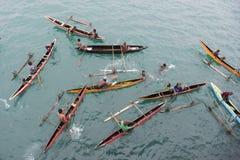 独木舟的人们在太平洋 库存照片