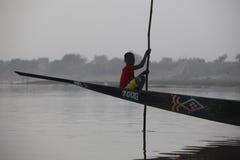 独木舟的年轻男孩 免版税图库摄影