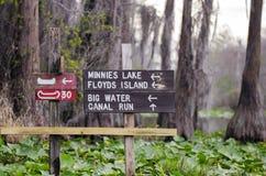 独木舟皮船足迹定向标志, Okefenokee沼泽全国野生生物保护区 免版税库存照片