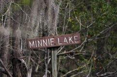 独木舟皮船足迹标志, Minnie湖, Okefenokee沼泽全国野生生物保护区 免版税库存图片