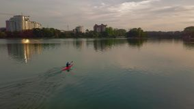 独木舟空中寄生虫射击在湖的 新的成人 影视素材