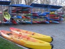 独木舟竞争的Reddy在湖 免版税库存图片