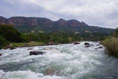 独木舟被阻塞的河急流 免版税库存图片
