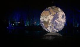 独特浮动地球和forrest 库存照片