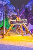 独特的园屋顶的小屋在圣诞老人村庄在罗瓦涅米在拉普兰 免版税库存图片