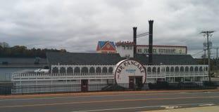 独特的汽船型薄煎饼餐馆在威斯康辛小山谷 图库摄影