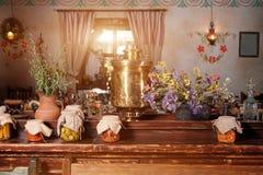 独特的种族餐馆内部 设计传统 乌克兰农村样式和装饰 欧洲,乌克兰 免版税库存照片