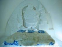 独特的美妙地装饰的圣诞老人雪随员在LumiLinna雪城堡的雪旅馆里在凯米,芬兰 免版税库存图片