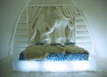 独特的美妙地装饰的蜜月雪随员在LumiLinna雪城堡的雪旅馆里在凯米,芬兰 库存照片
