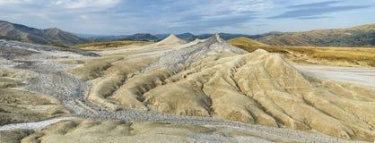 独特的风景全景在泥火山的区域 免版税库存照片