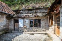 独特,雕刻在大岩石,房子在Brhlovce村庄 库存图片