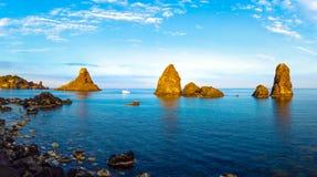 独眼巨人(里维埃拉dei Ciclopi)的著名里维埃拉,卡塔尼亚,西西里岛,意大利 免版税库存照片