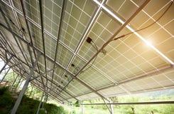 独立在金属在绿草的后方腿巩固的照片流电太阳系内部  免版税库存照片
