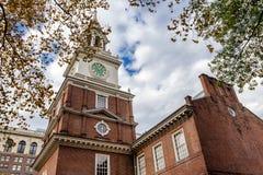 独立大厅在秋天,费城,美国的围场视图 免版税库存图片