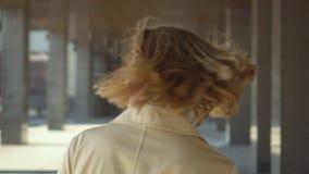 独立女商人画象的关闭有吸引力的白肤金发的执行委员微笑的友好看的照相机佩带 股票录像