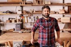 独立家具设计师和制造者在他的车间 库存图片