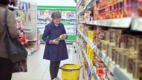 独立少年在有一个篮子的超级市场产品的 股票录像