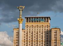 独立纪念碑和旅馆反对风雨如磐的天空的乌克兰纳 基辅,乌克兰 免版税库存照片