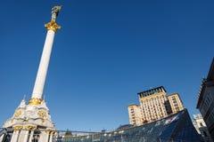 独立纪念碑在街市的基辅 免版税库存照片