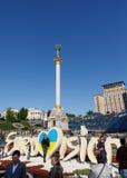 独立纪念碑在街市的基辅 免版税图库摄影