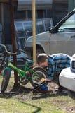 独立年轻骑自行车者 库存图片