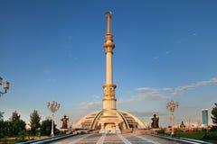 独立Monumen曲拱在日落的。土库曼斯坦。 图库摄影