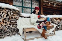 独自地享受时间的妇女在一个冷的冬日 免版税图库摄影