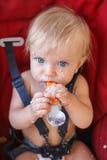 独自地吃与匙子的女婴 库存照片