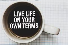 独自地实况显示生活期限的文字笔记 企业照片陈列给自己一个好生存咖啡杯的指南 库存照片