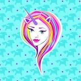 独角兽样式 服装万圣节 有垫铁和鬃毛的女孩 桃红色敏感嘴唇,与黑箭头的蓝眼睛 皇族释放例证