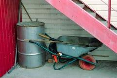 独轮车和桶 库存照片