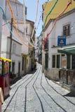 狭窄后面车道在里斯本葡萄牙 免版税库存图片