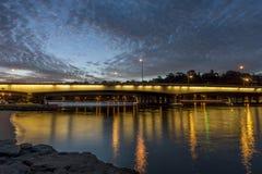 狭窄桥梁的美丽的景色在天鹅河的在蓝色小时,珀斯,澳大利亚西部 库存照片