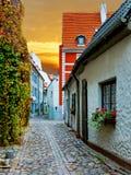 狭窄的中世纪街道在老里加市,拉脱维亚 免版税图库摄影