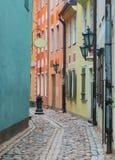 狭窄的中世纪街道在老里加,拉脱维亚 库存照片