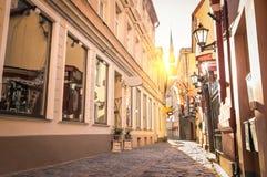 狭窄的中世纪街道在老镇里加-拉脱维亚 免版税库存照片