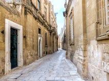狭窄的中世纪街道美丽的景色有门的,窗口 库存图片