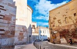 狭窄的古老街道开花边路石头步五颜六色的门面意大利中心维罗纳 免版税图库摄影