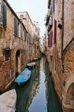 狭窄的威尼斯式运河-威尼斯,意大利 免版税库存照片