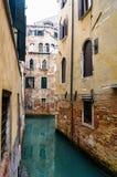 狭窄的威尼斯式运河-威尼斯,意大利 免版税图库摄影