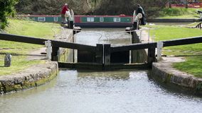 狭窄的小船驾驶的运河锁和转动 影视素材