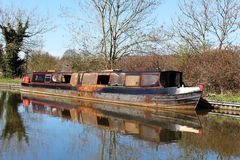 狭窄的小船,兰卡斯特运河烧毁的壳  库存照片