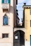 狭窄的小街在维罗纳市 库存照片