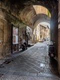 狭窄的小街道在老Etruscan市奥尔维耶托在Umbr 库存图片