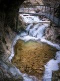 狭窄的峡谷的小湖与桥梁,在冬天 库存照片