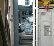 狭窄的平面客舱被看见往驾驶舱 免版税库存照片